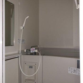 鏡の下にシャワーなどが置けそうですね。※写真は通電前のものです。フラッシュを使用して撮影しています