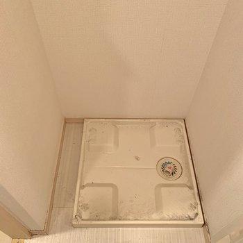洗濯機置場上に棚を付けると洗剤が置けますね。※写真はクリーニング前のものです