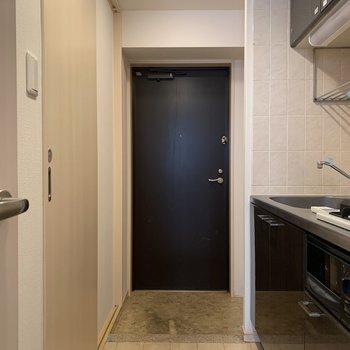 玄関は段差少なめ。ペットも躓かず安心です。※写真はクリーニング前のものです