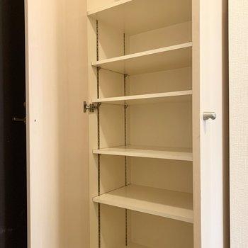 シューズボックスは棚の高さが変えられますよ。お散歩グッズもしまえますね。