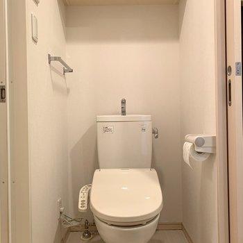 その目の前にはトイレ。匂い対策とこまめな掃除をするといいですよ。※写真はクリーニング前のものです