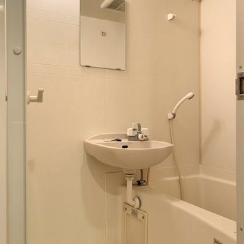 二点ユニットバスは浴室乾燥機付きです。※写真はクリーニング前のものです
