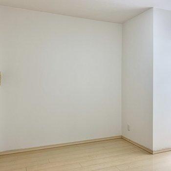 窪みのある壁側にはラックやテレビが置けますね。