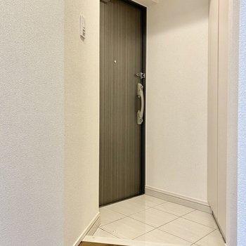 玄関。少し斜めに配置していますね。※写真は3階の同間取り別部屋のものです