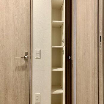 廊下にも収納が。タオルやちょっとしたお掃除道具を入れるのにどうぞ。※写真は10階の同間取り別部屋のものです
