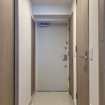 玄関は段差が少なめ。ペットも躓き難く安心です。※写真は10階の同間取り別部屋のものです