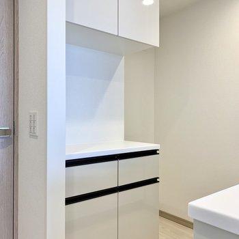 【LDK】後ろには冷蔵庫や電子レンジが置けます。※写真は10階の同間取り別部屋のものです