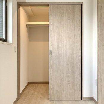 【洋室】ウォークインクローゼットは電気が点いて見やすい。※写真は10階の同間取り別部屋のものです
