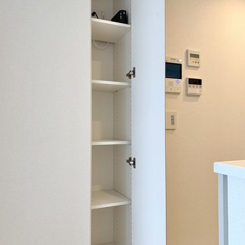 【LDK】キッチン側の収納にはタオルや備蓄品を。※写真は10階の同間取り別部屋のものです
