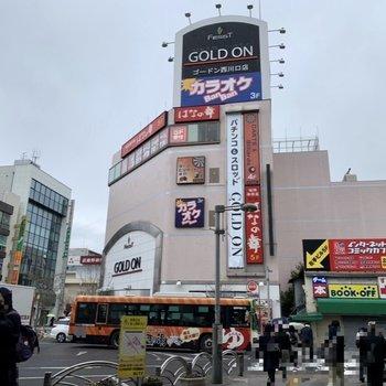 駅周辺は飲食店やカラオケなどがあり、賑わっています。