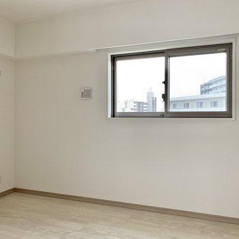 【洋室】サイドにも窓があって換気はしやすいです。※写真は10階の同間取り別部屋のものです