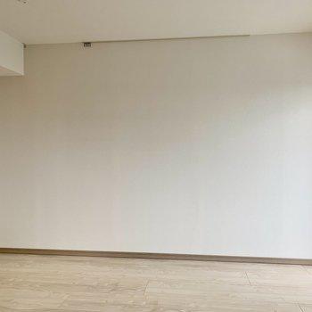 【LDK】フックレールに写真や絵を飾ってお部屋に彩りを。※写真は10階の同間取り別部屋のものです