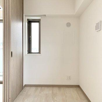 【洋室】置くならシングルベッドくらいの大きさかな。※写真は10階の同間取り別部屋のものです