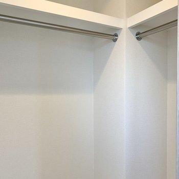 【洋室】ハンガーポールには丈の長い服も掛けられます。※写真は10階の同間取り別部屋のものです