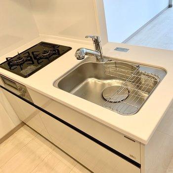 【LDK】二口コンロにグリル付き。料理の幅が広がります。※写真は10階の同間取り別部屋のものです