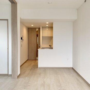 【LDK】2人掛けくらいのソファが置けそうです。※写真は10階の同間取り別部屋のものです