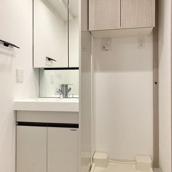 洗濯機置き場と洗面台は隣り合っています。※写真は10階の同間取り別部屋のものです