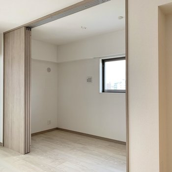 【LDK】お隣洋室へ。※写真は10階の同間取り別部屋のものです