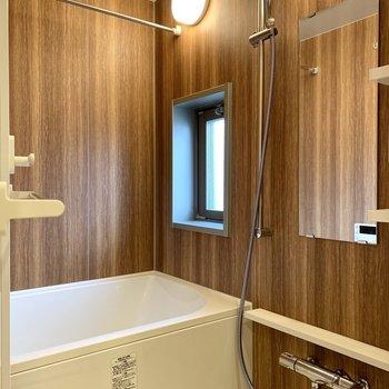 木目調のクロスで落ち着く空間。浴室乾燥機付きです。※写真は10階の同間取り別部屋のものです