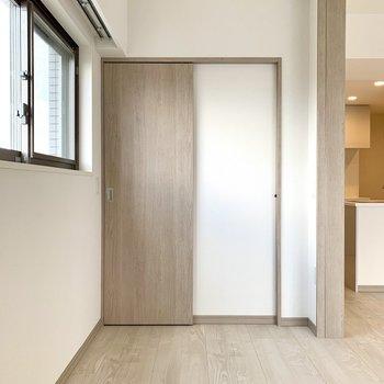 【洋室】シンプルな内装なので、ベッドカバーを明るい色にすると良さそう。※写真は10階の同間取り別部屋のものです