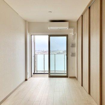 【LDK】仕切りを閉めると寝室を隠せますよ。※写真は10階の同間取り別部屋のものです