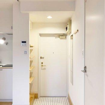 白い扉と無垢が心地良い。