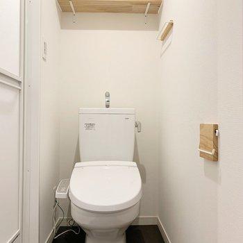 トイレもピカピカ!トイレットペーパーなど置ける棚が上にありますね。