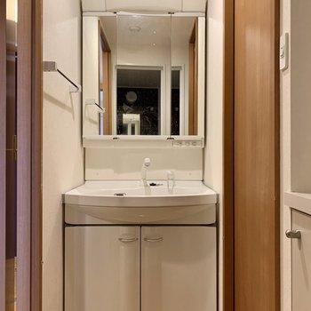 3面鏡だから左右のバランスが整えやすい。(※写真は8階の同間取り別部屋、清掃前のものです)