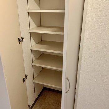 玄関部分に収納が2つ。シューズボックスとして。(※写真は8階の同間取り別部屋、清掃前のものです)
