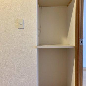 キッチン向かって後ろに棚があります。(※写真は8階の同間取り別部屋、清掃前のものです)