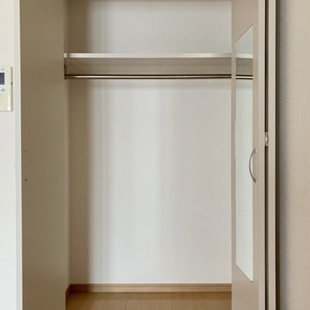 しっかり容量のクローゼット◎(※写真は8階の同間取り別部屋、清掃前のものです)