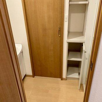 脱衣所にちょっとした収納あります。(※写真は8階の同間取り別部屋、清掃前のものです)