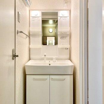 脱衣所。シンプルな洗面台ですね。