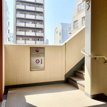 移動はエレベーターか階段で。