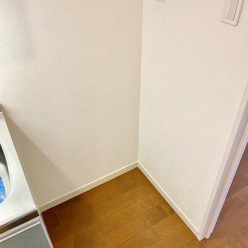 右横には冷蔵庫が置けますよ。