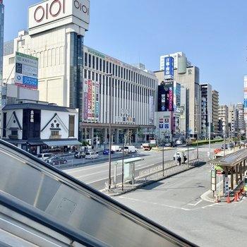 駅前。デパートなど。大きな商業施設がたくさんありましたよ。