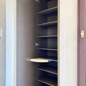 シューズボックス。スライド式の小物入れがついており、鍵など入れておくと便利かもしれません。