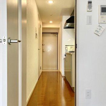 長めの廊下から各設備につながっています。