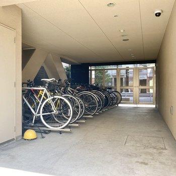 駐輪場(空き要確認)扉の内側にあり、防犯面も安心です。