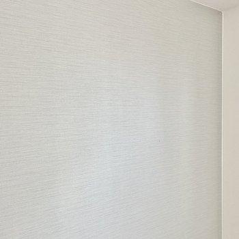 【ディティール】居室のアクセントクロス。落ち着いた色合いですね。