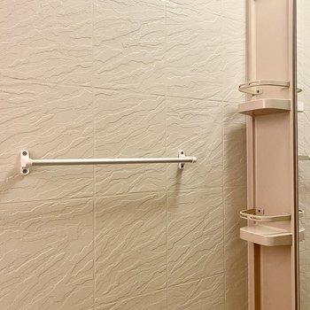 タオル掛けもついていますよ。鏡周りのラックの機能的ですね。