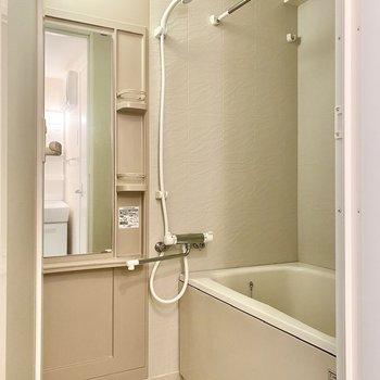 浴室はゆったりとしており、乾燥機付き。