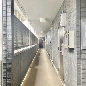 共用廊下も屋根と目隠し壁付きです。