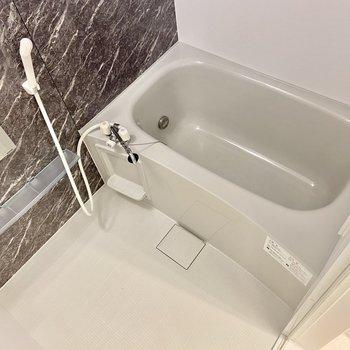 洗い場も浴槽もゆったり。追い炊き機能もついていますよ。