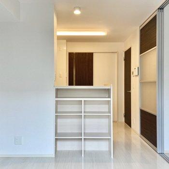 【LDK】キッチンのカウンターは棚になっています。リビングで使うものの収納にしましょう。