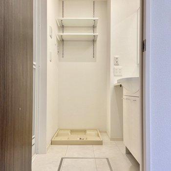 サニタリーを見ていきましょう。洗濯機はこちらへ。