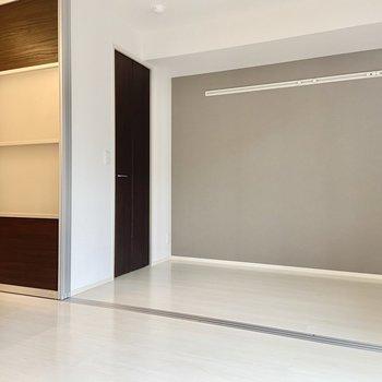 隣接した洋室とは半透明のスライドドアでゆるりと仕切ることができますよ。