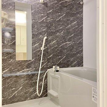 浴室の壁も大理石調でお洒落〜浴室乾燥機付きなので梅雨の時期も安心です。