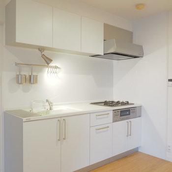 【イメージ】白基調の3口コンロキッチンで楽しく料理できそう♪