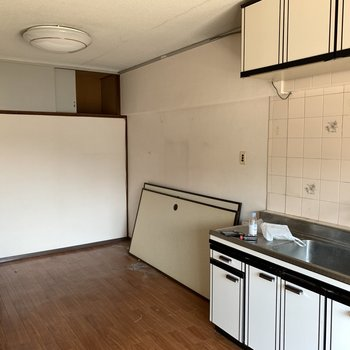 【工事前】キッチンも交換して壁紙も床も新しくなりますよ〜